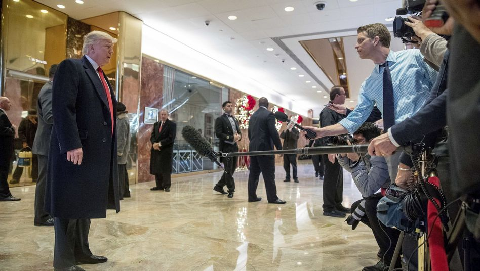 Donald Trump und Reporter im Trump Tower