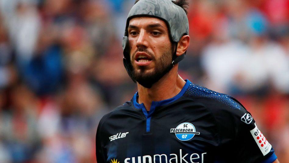 Klaus Gjasula trägt seit sechs Jahren Helm beim Fußball