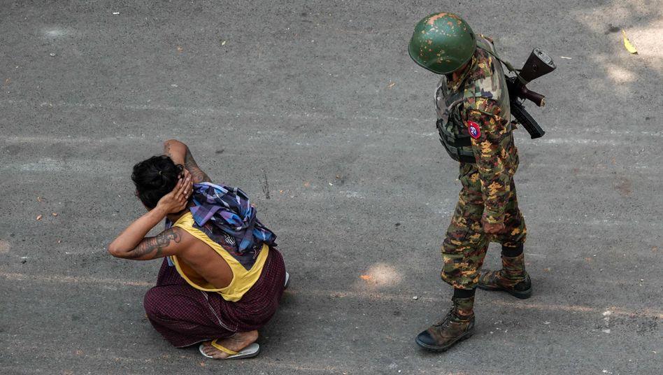Ein myanmarischer Soldat bewacht einen Festgenommenen während einer Demonstration gegen den Militärputsch am 3. März in Mandalay