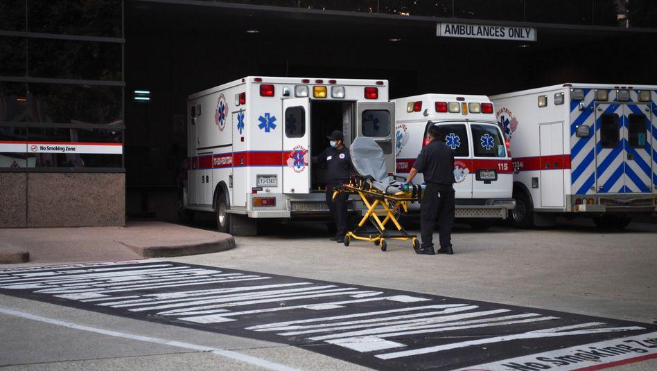 Krankenwagen vor einer Klinik in Texas (Archivbild)