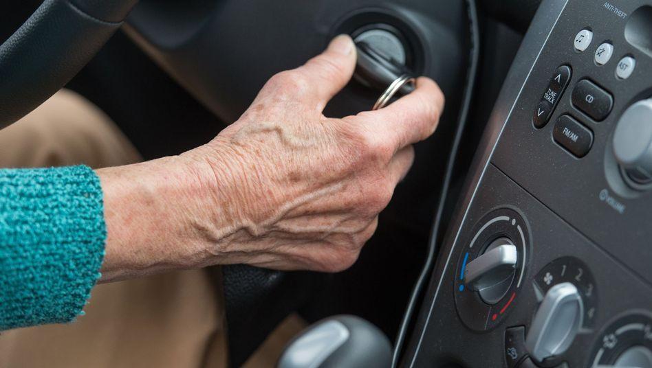 Eine Rentnerin am Steuer eines Autos
