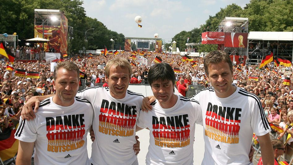Ex-Bundestrainer Jürgen Klinsmann, Co-Trainer Joachim Löw und Teammanager Oliver Bierhoff auf der Fanmeile am Brandenburger Tor (2006)