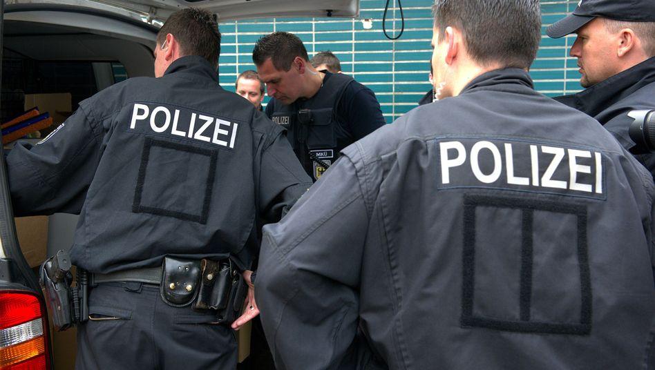 Polizeibeamte bei Ermittlungen in Berlin: Mehr Einbrüche, weniger Gewalttaten