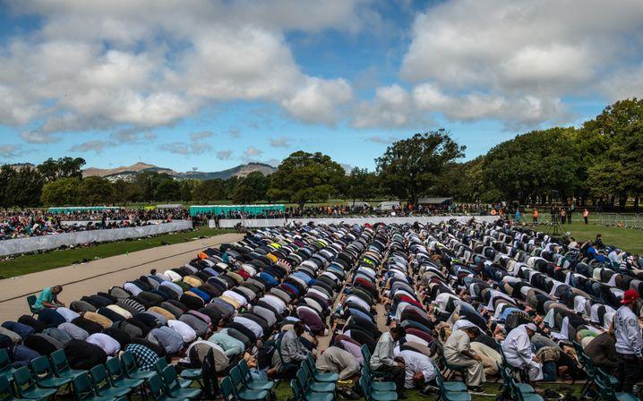 Muslime beim Freitagsgebet im Park vor der Al-Noor-Moschee