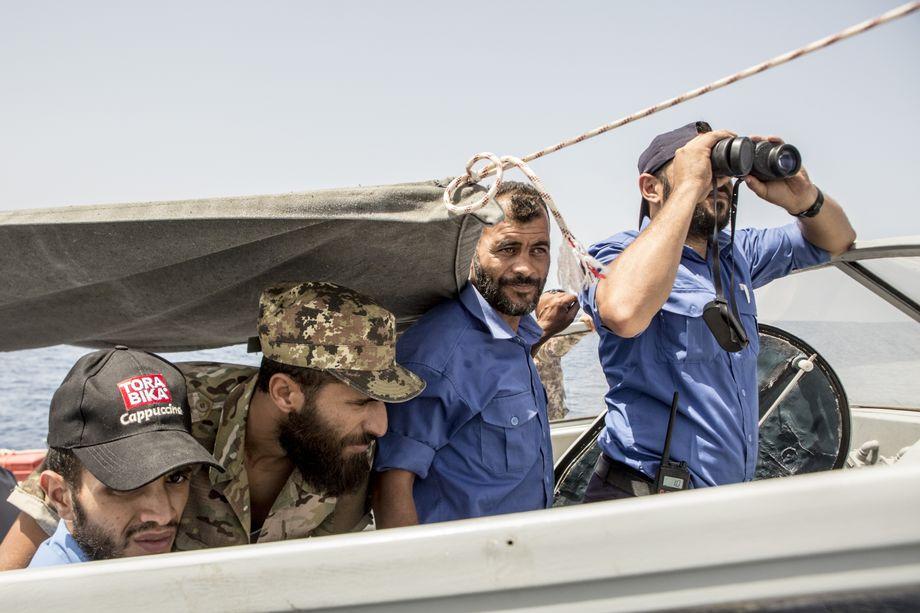 Libysche Küstenwächter an Bord der MV Fezzan. Italien hat das Boot 2018 der libyschen Regierung übergeben