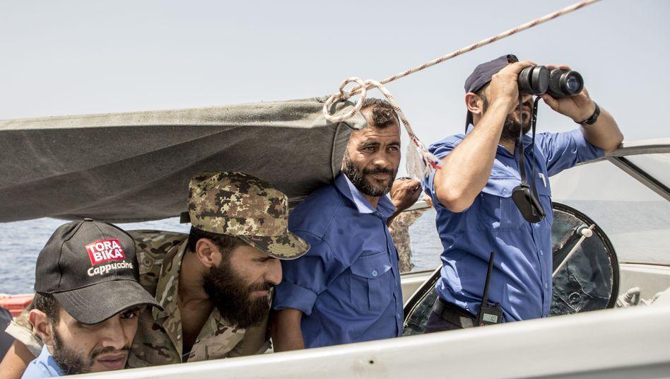 Mitglieder der libyschen Küstenwache im Mittelmeer