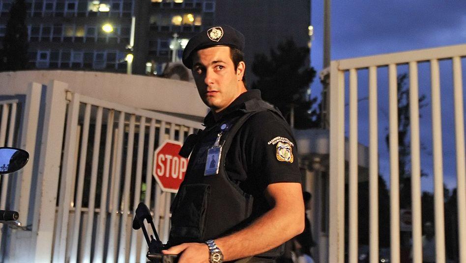 Polizist vor dem Zivilschutzministerium in Athen: Bombe in einem Päckchen