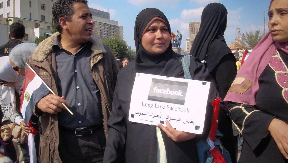 """Demonstranten auf dem Tahrir-Platz in Kairo: Militär räumt """"Jungfrauentests"""" ein"""