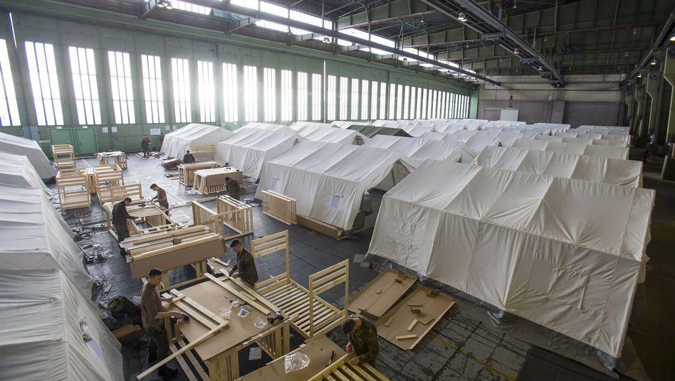 Einrichtung des Hangars: Bundeswehrsoldaten halfen mit