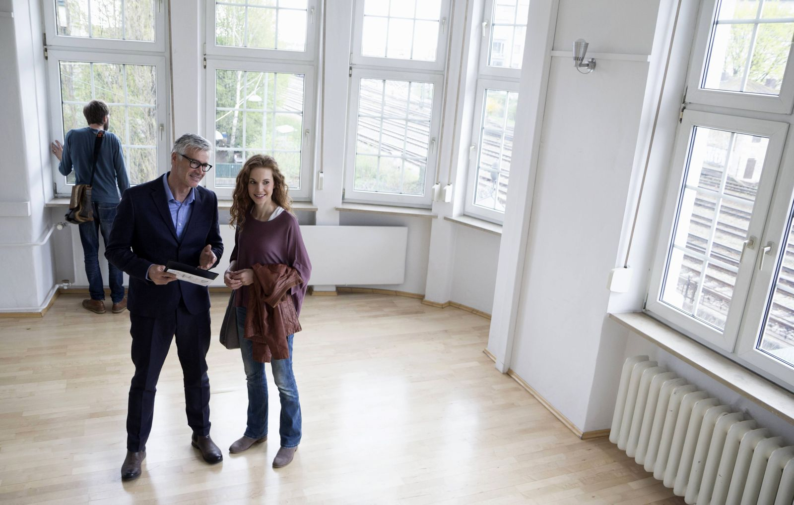 Real estate agent talking to client in empty apartment model released Symbolfoto property released P