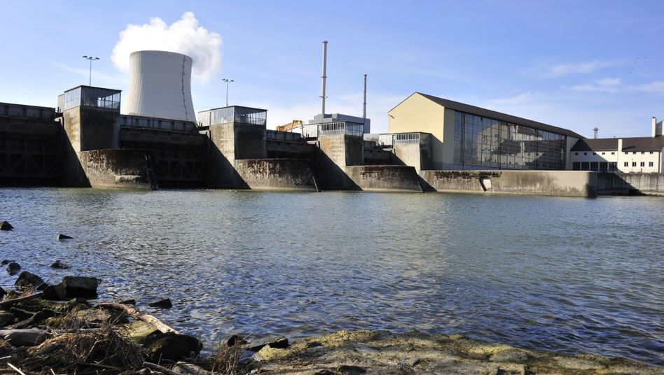 The nuclear power plant Isar 1 near Landshut, which is run by energy supplier E.on. is being shut down as part of the nuclear energy moratorium announced by Angela Merkel.