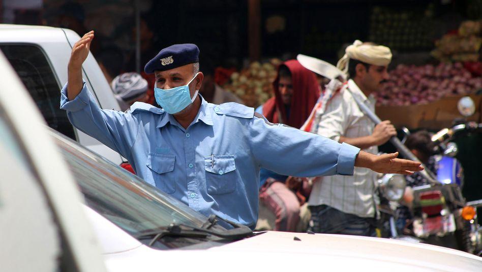 Polizist mit Maske im Jemen: Die Lage in dem Land könnte sich durch die Corona-Pandemie weiter verschärfen