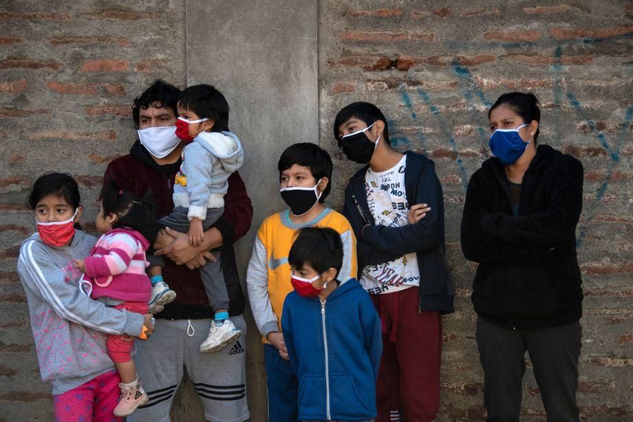 Eine Familie beobachtet die Desinfizierung eines Viertels: In Chiles Armenvierteln breitet sich das Coronavirus besonders schnell aus