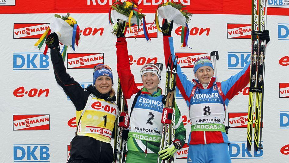 Hier jubelt Olga Wiluchina (rechts) noch mit Magdalena Neuner und Darja Domratschewa beim Weltcup 2011