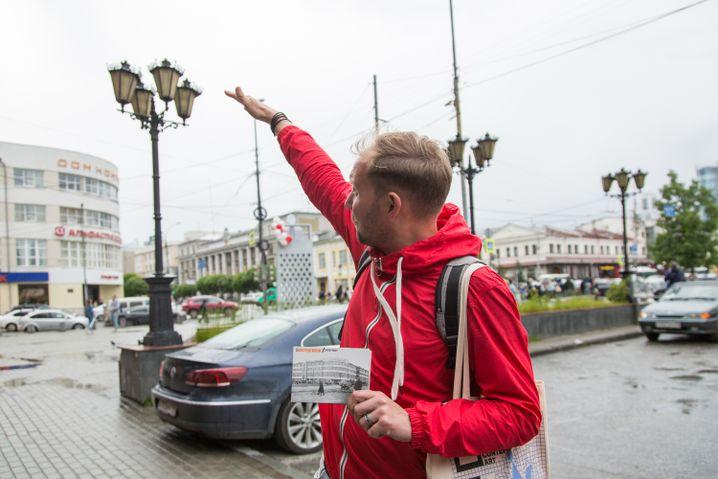 """Dimitrij zeigt auf das """"Dom Kontor"""""""