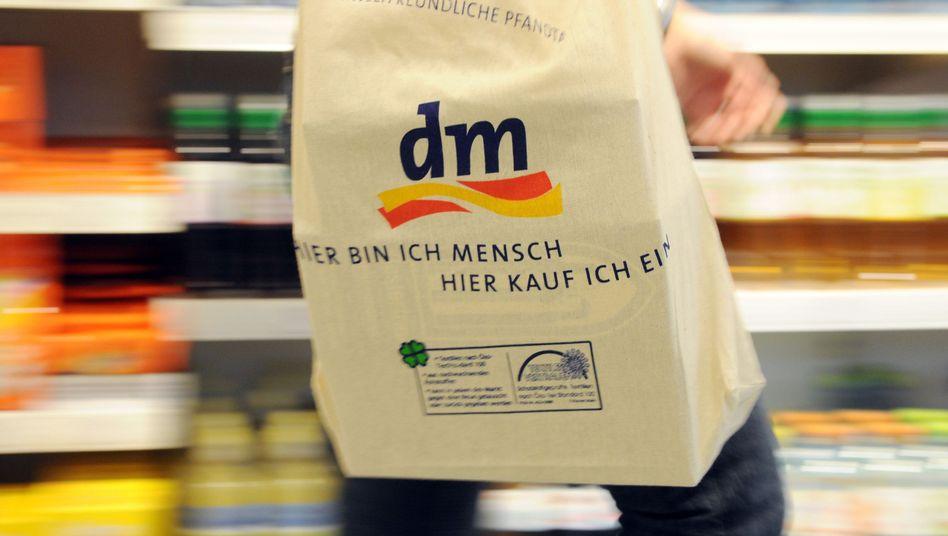 Einkaufen bei dm: Die Drogeriemarktkette interessiert sich für Schlecker-Töchter