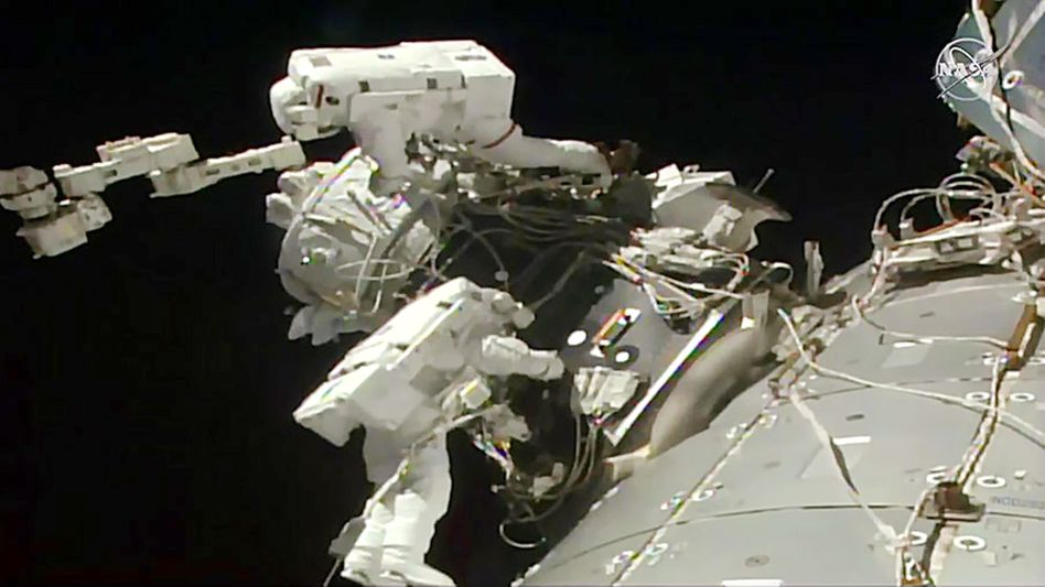 Astronauten installieren einen Adapter an der Raumstation ISS