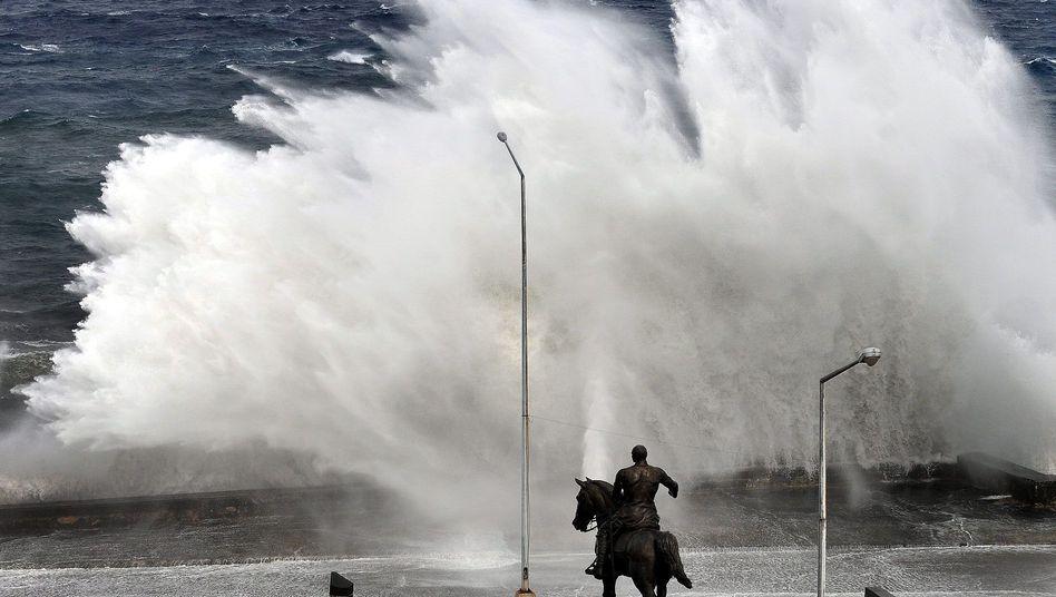 Kuba: Hohe Wellen branden gegen die Küste vor Havanna