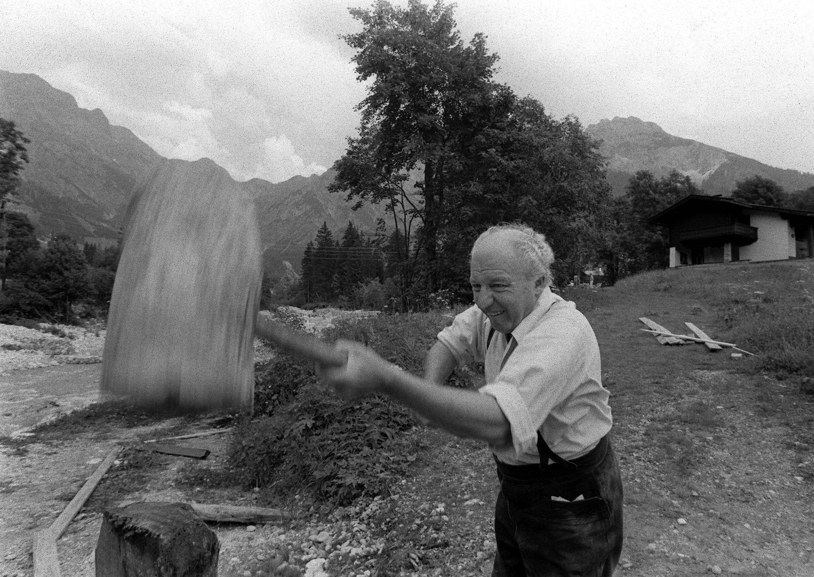 Bundesaußenminister Walter Scheel GER FDP beim Holzhacken im Garten seines Ferienhauses in Hinter