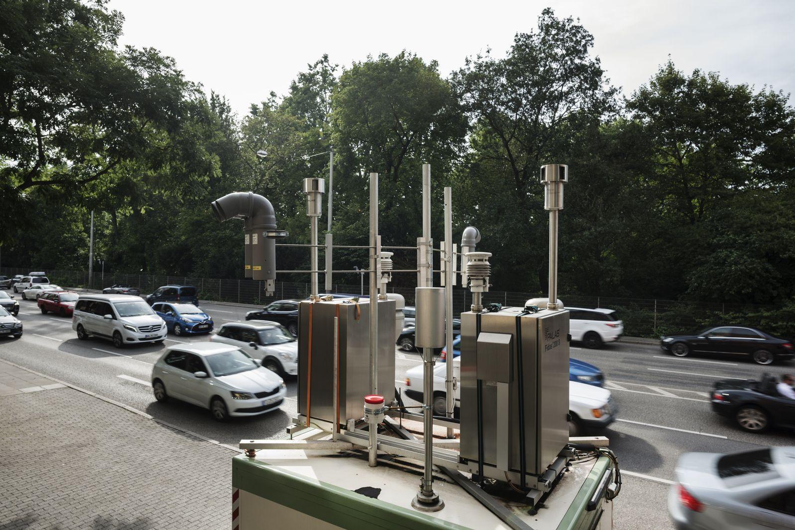 EINMALIGE VERWENDUNG SPIEGEL Plus SPIEGEL 32/2017 S. 20 Stuttgart Messstation am Neckartor