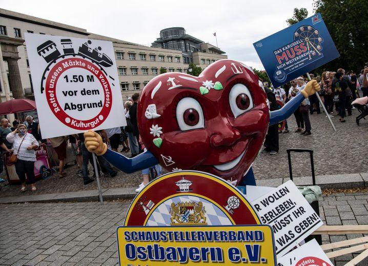 Vertreter des Schaustellerverbandes Ostbayern demonstrieren am Brandenburger Tor in Berlin