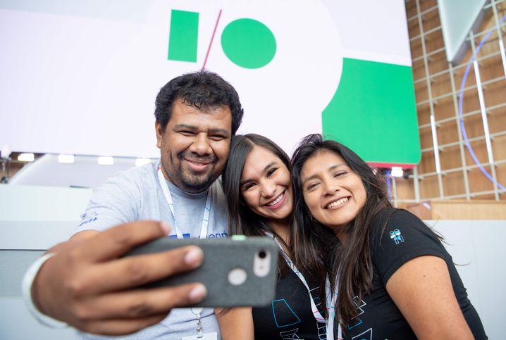 Das gehört auch zur Google I/O: Fans des Konzerns machen Selfies mit dem Konferenzlogo
