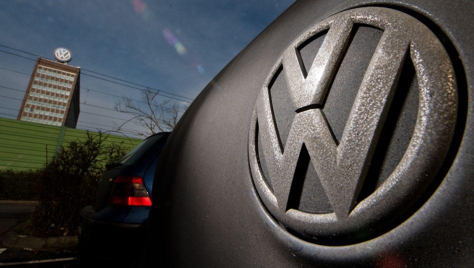 Verdreckter Golf vor dem VW-Werk in Wolfsburg