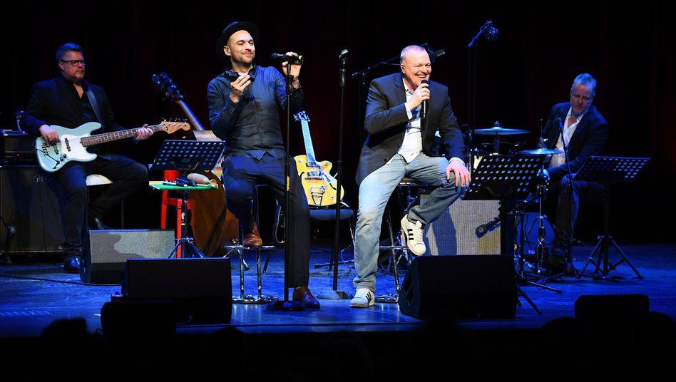 Stefan Raab (2.v.r.) steht mit Sänger Max Mutzke (2.v.l.) und seiner Band auf der Bühne