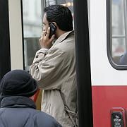 Mobilfunk-Nutzer: Ein Mann telefoniert in Wien mit dem Handy - in Österreichs Hauptstadt ist das noch erlaubt