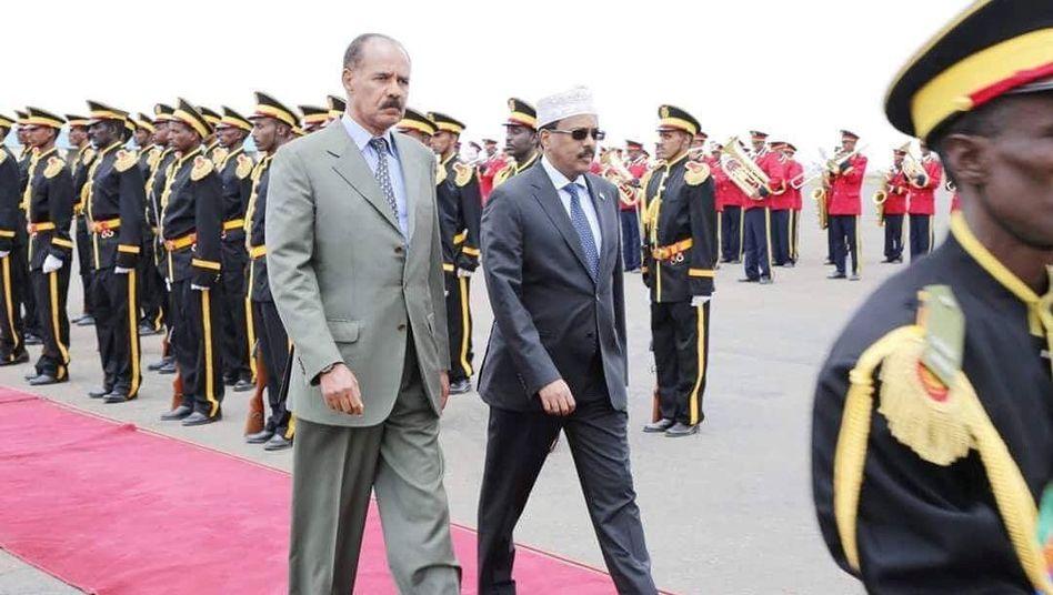 Afewerki und Farmaajo auf dem Flughafen von Asmara