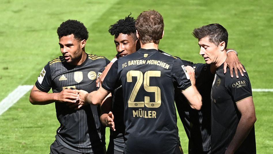 Bayern jubeln, Lewandowski guckt dennoch ein bisschen bedröppelt. Er hat doch gar keinen Grund dazu.