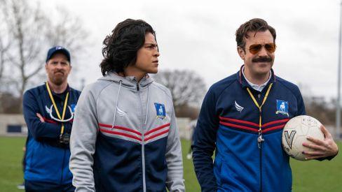 Ted Lasso (Jason Sudeikis, r.) mit Assistenzcoach Beard (Brendan Hunt, l.) und Stürmer Dani Rojas (Cristo Fernández)