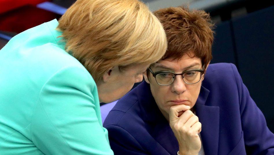 Annegret Kramp-Karrenbauer (r.) mit Angela Merkel