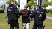 Polizei nimmt Dutzende Menschen vorReichstag vorläufig fest