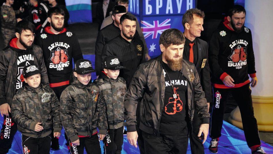 Despot Kadyrow (vorn), Gefolgsmann Dugazaev (M.) bei Boxevent in Grosny 2016: Blutspur bis nach Europa
