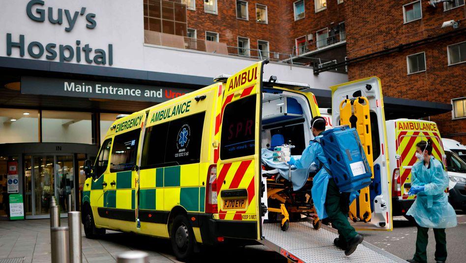 Ein Patient wird in das Guy's Hospital in London eingeliefert