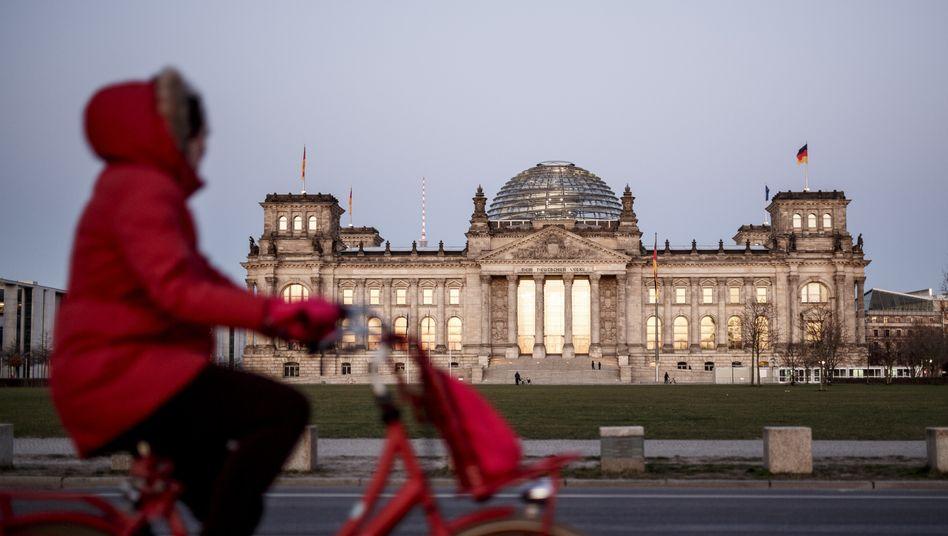 Radfahrerin vor dem Reichstagsgebäude, 23. März 2020