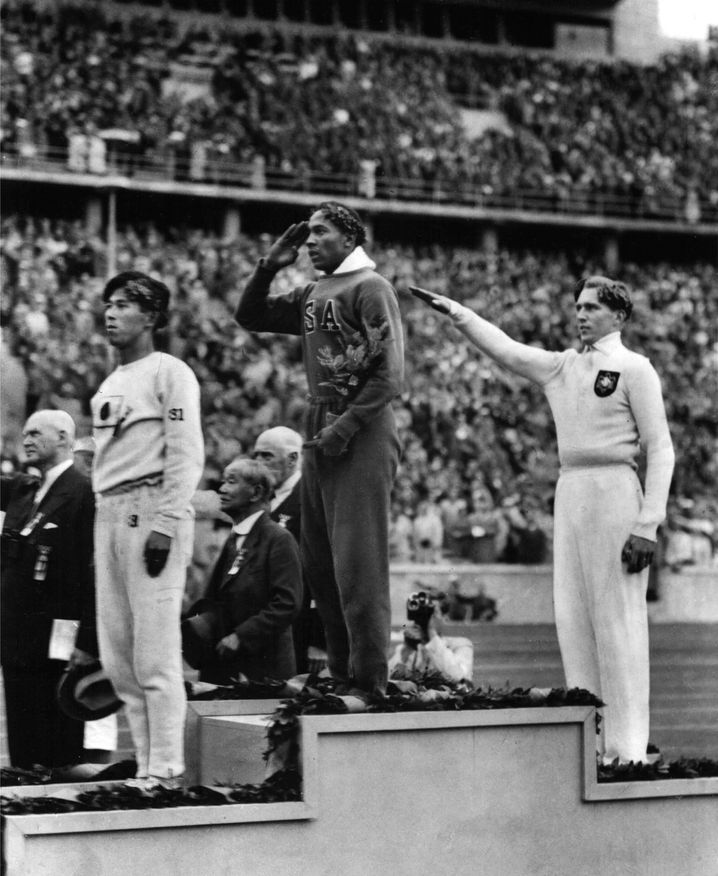 Olympische Spiele in Berlin: Jesse Owens bei einer Siegerehrung