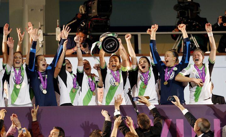 Nadine Kessler 2014 mit dem Champions-League-Pokal