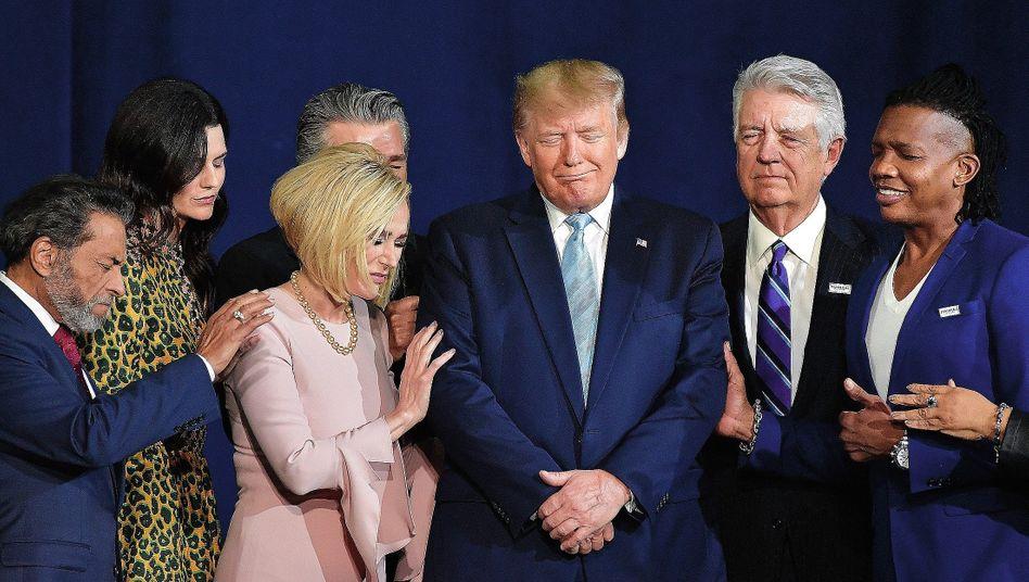 Pastorin White (3.v.l.), Präsident Trump am 3. Januar in Miami:Das Christentum aufleben lassen, bevor die Erde untergeht