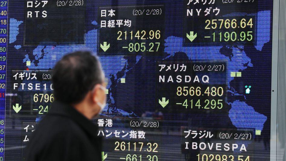 Börse in Tokio: Die wachsende Sorge vor einer Ausbreitung des Coronavirus ließ die Aktienmärkte weltweit einbrechen