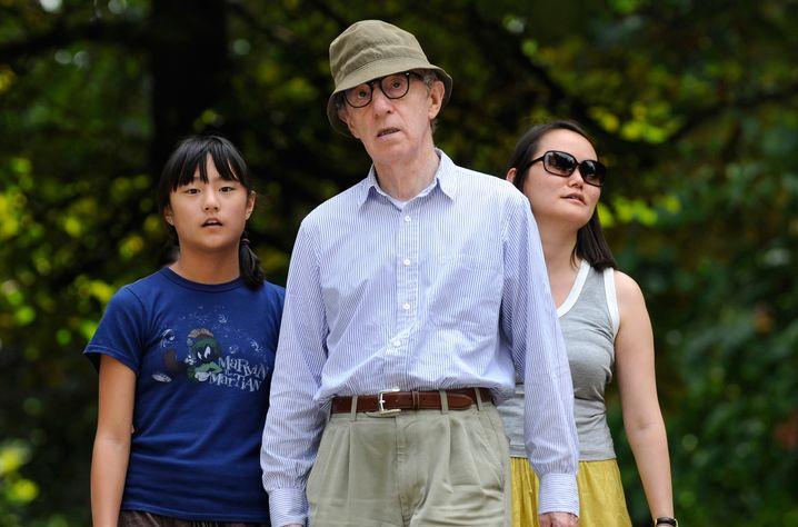 Woody Allen im Jahr 2010 mit seiner Adoptivtochter Manzie Tio und seiner Frau Soon Yi-Previn