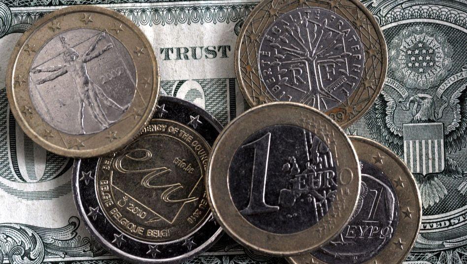 Euro-Münzen auf einer Dollarnote: Investoren setzen auf einen Kursrutsch bei der Gemeinschaftswährung