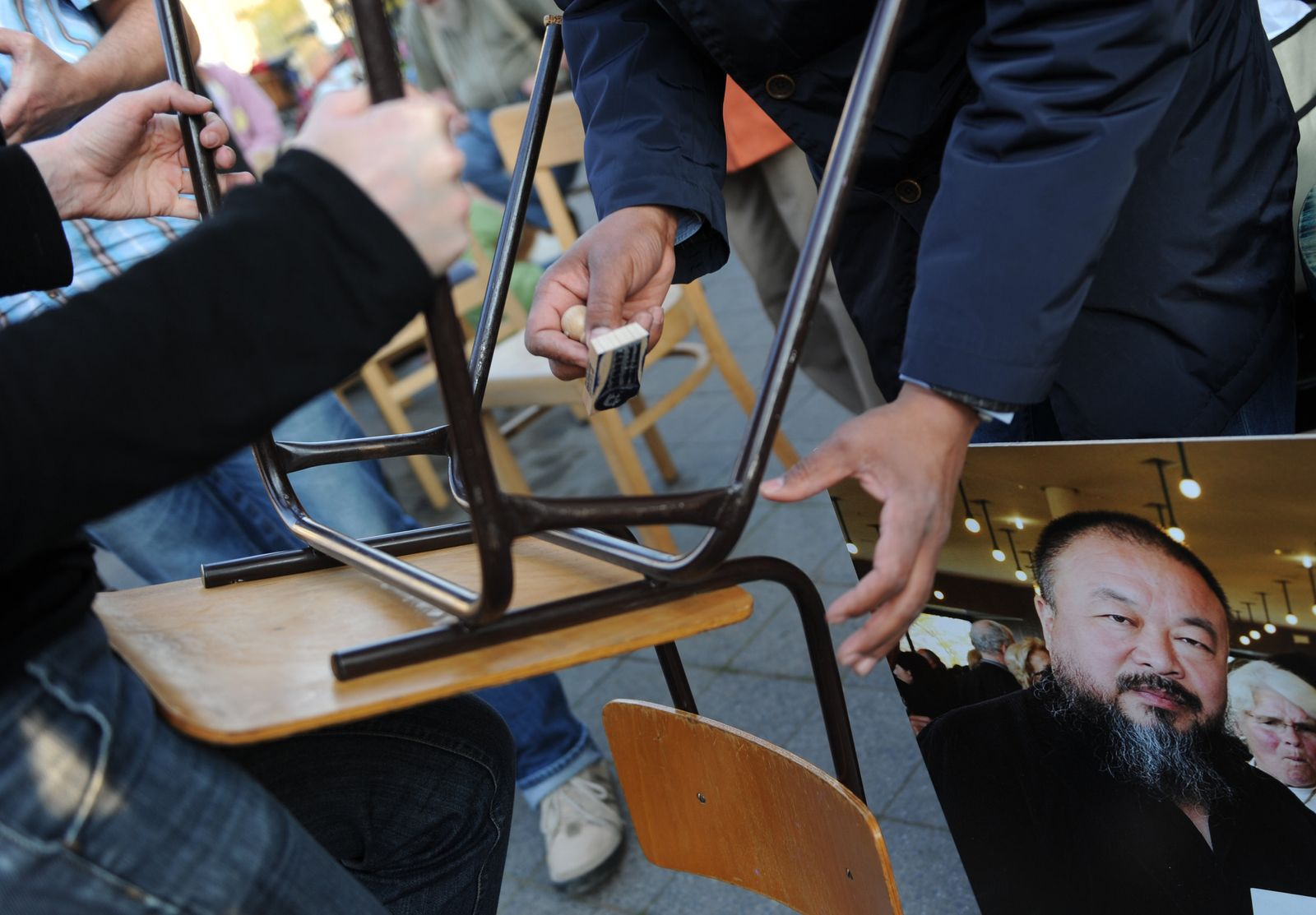 Solidaritätskundgebung Ai Weiwei Kassel Stuhl