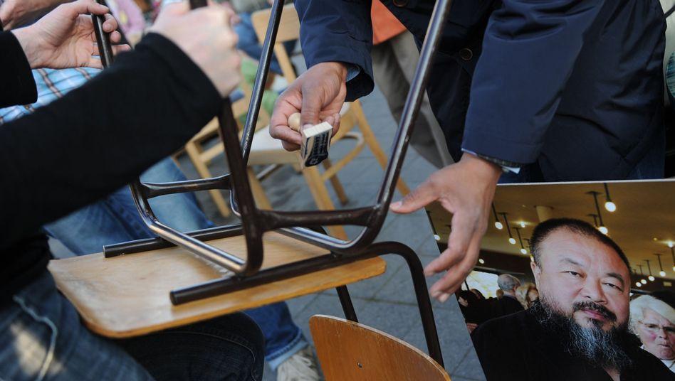 Solidaritätsdemo in Kassel: Stühle für Ai Weiwei