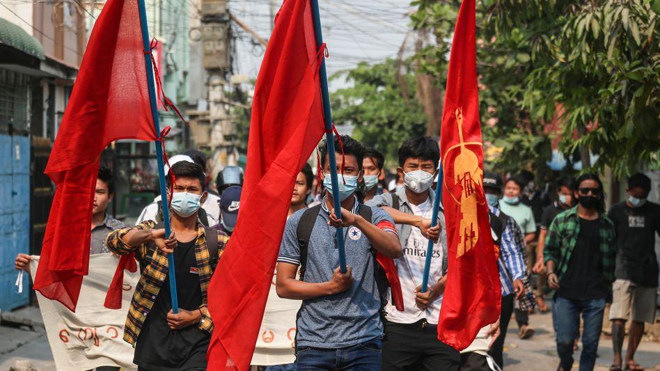 Demonstranten in Mandalay, Myanmar, am 30. März