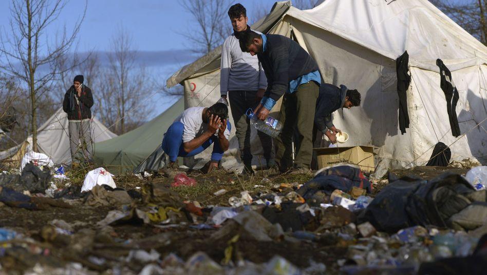 Männer waschen sich vor dem Flüchtlingslager Vucjak