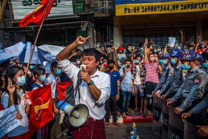 Protestierende in Rangun am 6. Februar: Der Fotograf sagte, er und seine Kollegen hätten aufgehört, Helme mit der Aufschrift »Presse« zu tragen, »als wir merkten, dass die Soldaten auf Fotografen zielten«