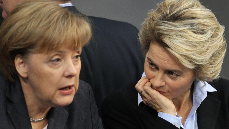 Ministerin von der Leyen, Kanzlerin Merkel: Wer zeigt mehr Leidenschaft?