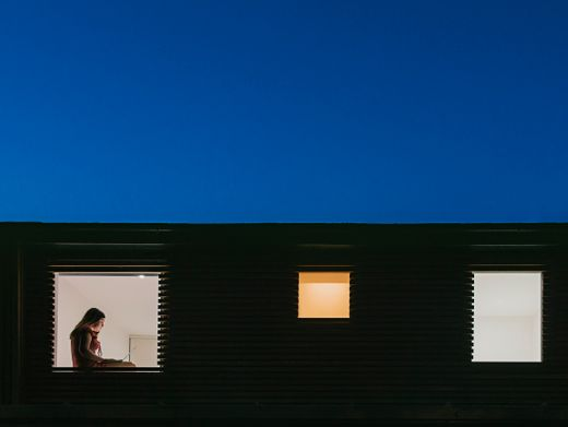 Einsam am Fenster: Das Leben, zusammengeschrumpft auf die Erfüllung einiger Grundbedürfnisse